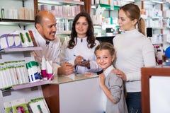 2 аптекаря помогая клиентам Стоковая Фотография
