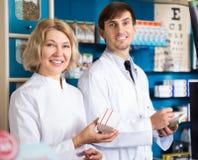 2 аптекаря представляя в аптеке Стоковое Фото