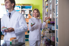 2 аптекаря представляя в аптеке Стоковое Изображение
