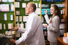 2 аптекаря работая в магазине химика Стоковое Фото