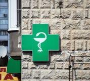 Аптека знака на угле дома стоковое изображение rf