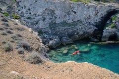 Апулия, Италия, залив в острове домино Сан в архипелаге Tremiti стоковые фотографии rf
