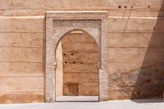 Арабская дверь стены стиля на улице Marrakech стоковое фото rf