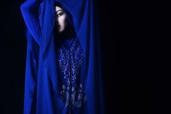 Арабская девушка в голубом hijab, подбитом глазе Стоковые Изображения