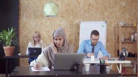 Арабская женщина по телефону в офисе сток-видео