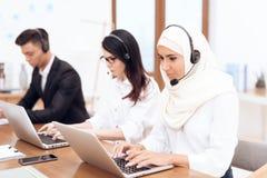 Арабская женщина работает в центре телефонного обслуживания стоковые изображения rf