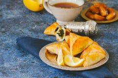 Арабская и ближневосточная концепция еды Sabanekh Fatayer - tradi Стоковая Фотография RF