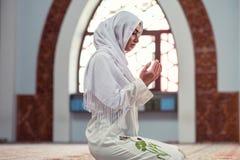 Арабская молодая мусульманская женщина моля в мечети Стоковое Изображение