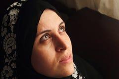 Арабская мусульманская женщина ища надежду Стоковые Изображения