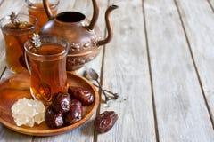 Арабская предпосылка чая и дат Стоковые Фотографии RF