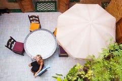 арабская счастливая женщина дома Стоковые Фотографии RF