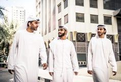 Арабские бизнесмены тратя совместно Стоковое Изображение