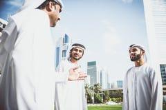 Арабские бизнесмены тратя совместно Стоковые Изображения