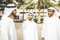 Арабские бизнесмены тратя совместно Стоковые Фотографии RF