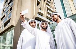 Арабские бизнесмены тратя совместно Стоковые Изображения RF