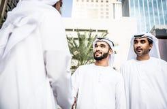Арабские бизнесмены тратя совместно Стоковое Фото
