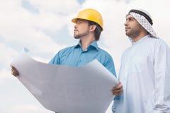 Арабские бизнесмен и построитель. Стоковое фото RF