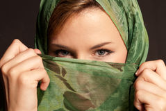 арабские глаза ее показывая детеныши женщины вуали Стоковое Изображение