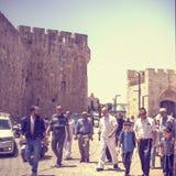 Арабские и еврейские граждане в старом городе Иерусалима стоковое изображение