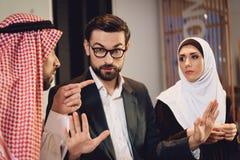 Арабские пары на приеме терапевта спорят стоковое фото rf