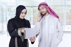 Арабские работники обсуждая в лобби офиса Стоковые Фото