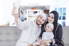 Арабские родители и их сын принимая фото selfie Стоковые Фотографии RF
