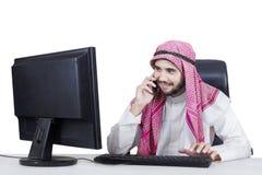 Арабский бизнесмен говоря на мобильном телефоне Стоковая Фотография