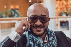 Арабский бизнесмен говоря на мобильном телефоне стоковое изображение rf