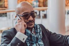 Арабский бизнесмен говоря на мобильном телефоне стоковые фотографии rf