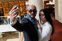 Арабский бизнесмен и девушка делая selfie стоковое фото rf