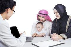 Арабский взгляд семьи и доктора на компьтер-книжке Стоковые Изображения RF