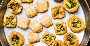 Арабский десерт с фисташкой на плите Стоковые Изображения RF