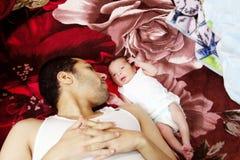 Арабский египетский человек с его newborn ребёнком Стоковые Изображения RF