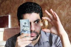 Арабский молодой бизнесмен с долларовыми банкнотами деньгами и ювелирными изделиями золота Стоковая Фотография RF