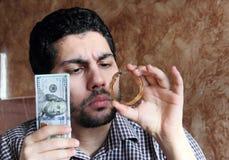 Арабский молодой бизнесмен с долларовыми банкнотами деньгами и ювелирными изделиями золота Стоковые Изображения RF
