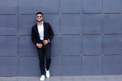 Арабский парень в деловом центре стоит усмехаясь идти медленный Стоковая Фотография RF
