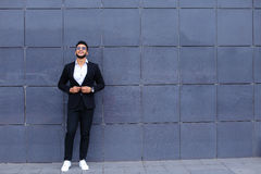 Арабский парень в деловом центре стоит усмехаясь идти медленный Стоковое Фото