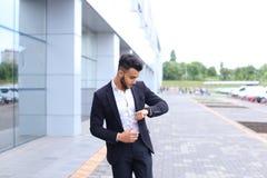 Арабский парень в деловом центре стоит усмехаясь идти медленный Стоковое Изображение