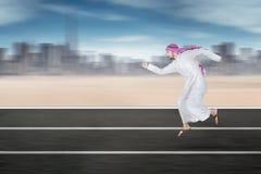 Арабский работник бежать на шоссе Стоковое Изображение