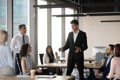 Арабский руководитель группы говоря с разнообразными бизнесменами на встрече стоковая фотография rf