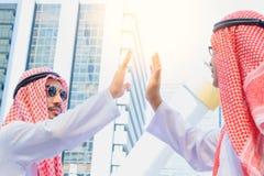 Арабский саудовский бизнесмен эмиратов давая максимум 5 к его делу стоковые фото