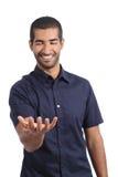 Арабский счастливый человек держа что-то пустой в его руке стоковая фотография rf