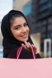 Арабский ходить по магазинам женщин Стоковое фото RF