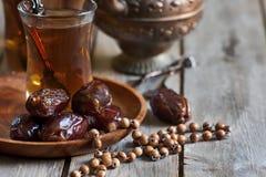 Арабский чай, розарий и даты Стоковая Фотография