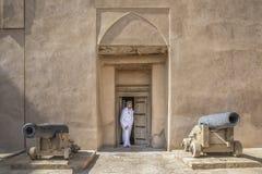 Арабский человек в традиционном оманском обмундировании в старом замке Стоковые Фото