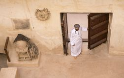 Арабский человек в традиционном оманском обмундировании в старом замке Стоковое Фото