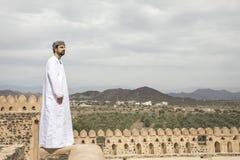 Арабский человек в традиционном оманском обмундировании в старом замке Стоковая Фотография
