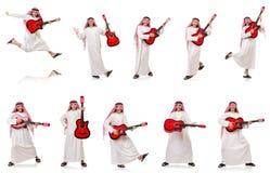 Арабский человек играя гитару изолированную на белизне стоковые фотографии rf