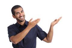 Арабский человек вручителя представляя что-то стоковая фотография