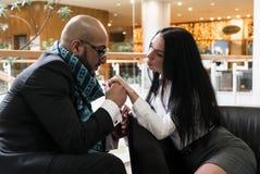 Арабский человек и девушка держа руки стоковое изображение rf